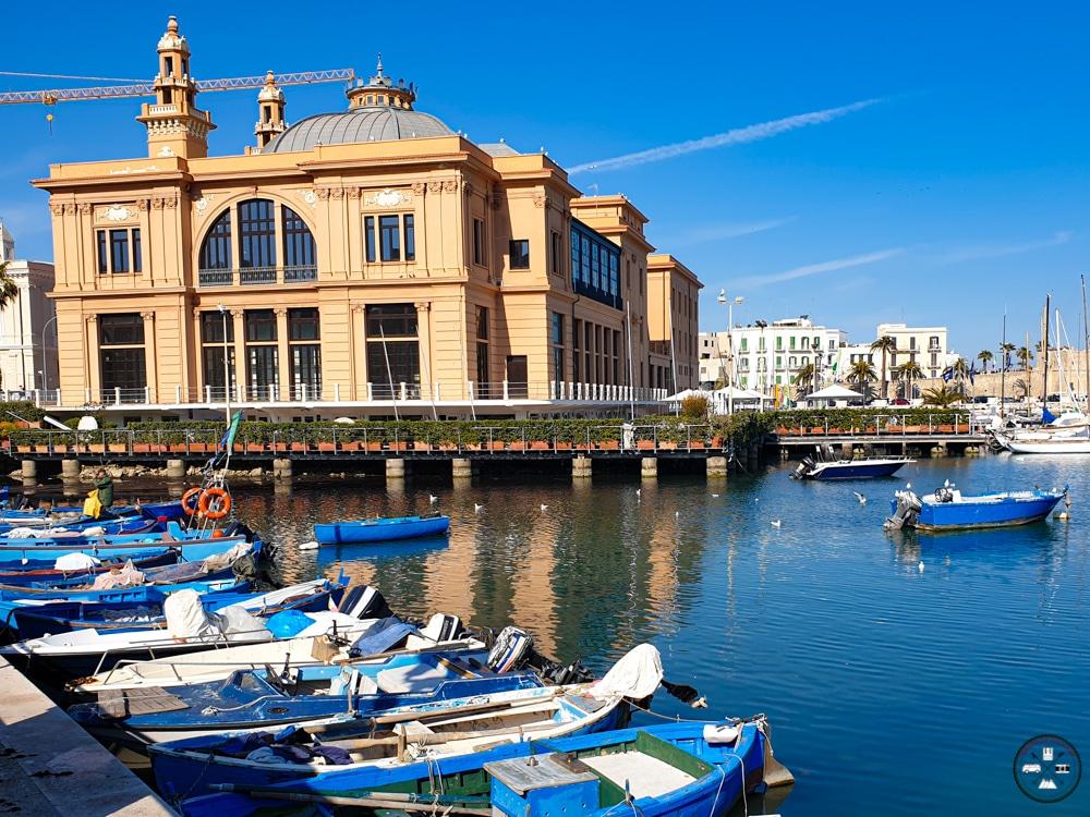 Teatro Margherita surplombe les barques du port de pêche