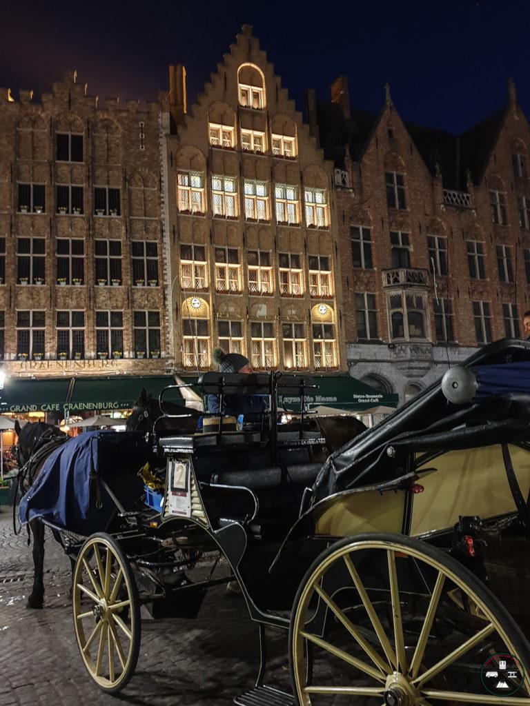 Calèche sur la Grand-Place de Bruges la nuit