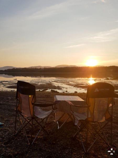 chaises, table et nappe pour le camping